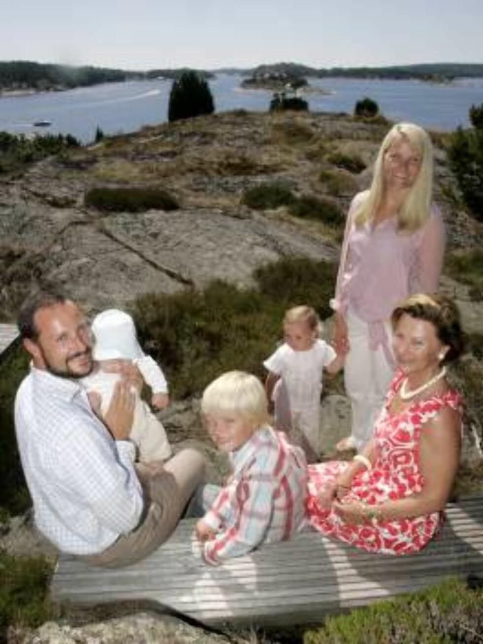 <strong>MÅGERØ 20060720:</strong> F.v. kronprins Haakon, prins Sverre Magnus, Marius Høiby, prinsesse Ingrid Alexandra, kronprinsesse Mette-Marit og dronning Sonja fotografert i solskinnet på Mågerø torsdag, der kronprinsen feiret sin 33-årsdag.  Foto: Bjørn Sig Foto: SCANPIX