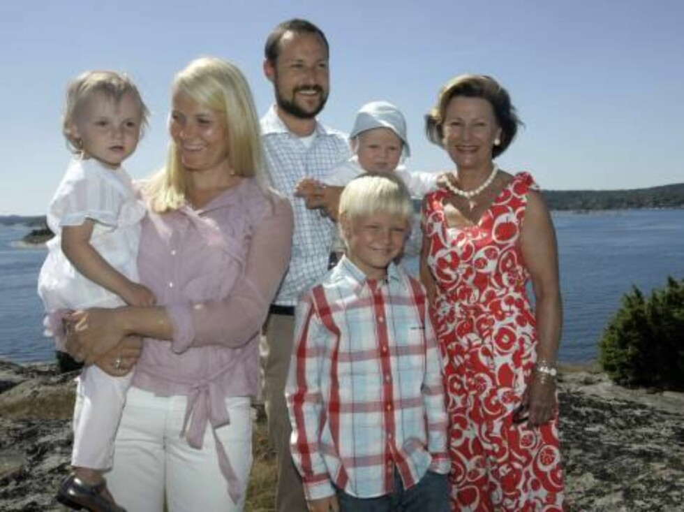 <strong>STORFAMILIE:</strong> Dronningen sammen med kronprinsesse Mette-Marit, kronprins Haakon og deres barn Ingrid Alexandra og Sverre Magnus. Mette-Marits sønn Marius er også med. Foto: SCANPIX