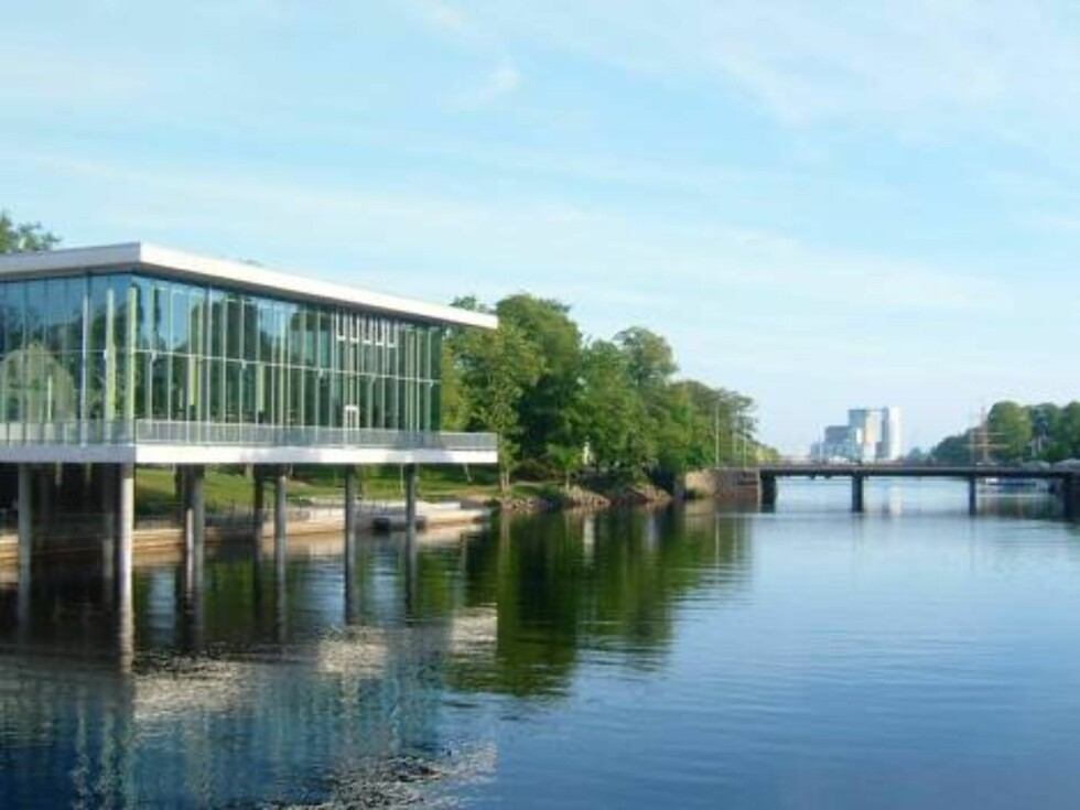 <strong>DER ELVEN RENNER:</strong> Den langstrakte elven Nissan har sitt utløp i Halmstad og deler byen i to. Foto: Erik Valebrokk