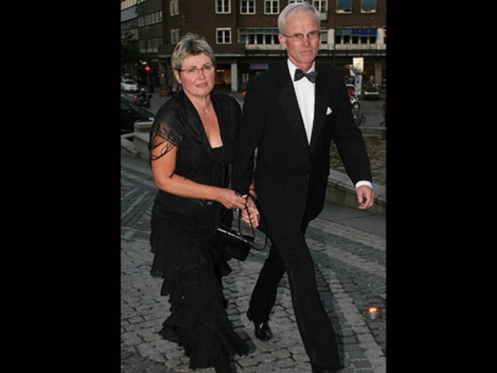PENGEINNKREVER: Konsernsjef i Lindorff Olav Fjeld og kona Else var klare for festmiddagen og gikk rett forbi pressen. Foto: Tore Skaar