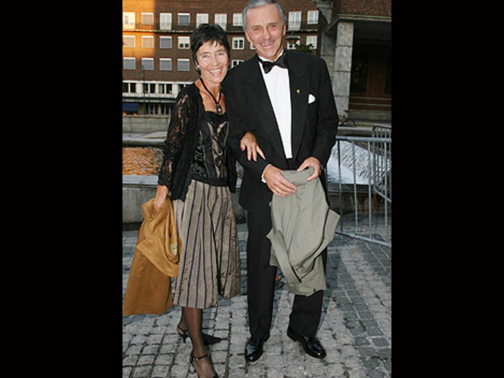 NYKVÆRNET?: Den tidligere Aker Kværner-sjefen Inge K. Hansen og kona Vigdis var i strålende humør da de ankom Rådhuset. Foto: Tore Skaar