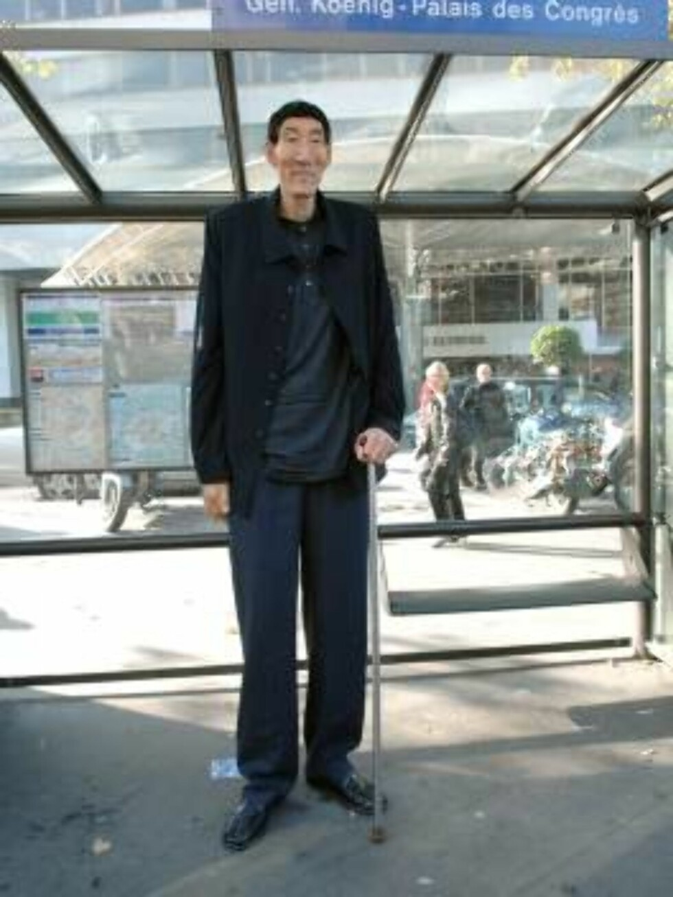 PARIS 2006-10-10.  China's Xi Shun, the tallest man in the world with a height of 2,36 meters (7.74 ft), meets with the press at the Concorde Lafayette hotel in Paris, France, on October 10, 2006. He is in France to help promote the new Guinness World Rec Foto: Stella Pictures