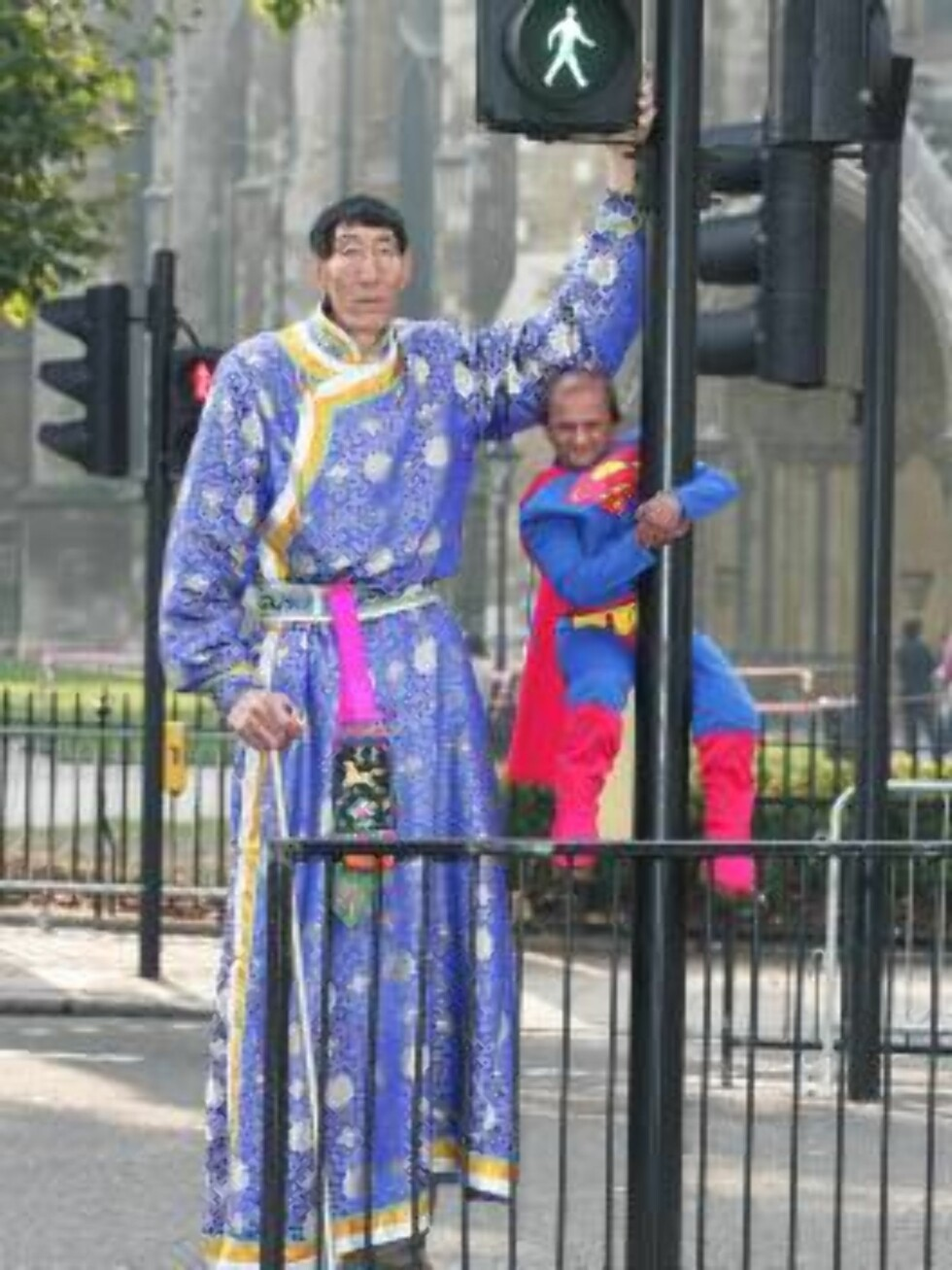 London, UK 2005-09-22  The tallest man in the world,  Xi Shun posing with the shortests stuntman in the world -  Kiran Shah,  4ft 1.7ins,  in Parliament Square, London. The odd couple were promoting the the new Guiness Book of  World Records 2006. Xi Shun Foto: Stella Pictures