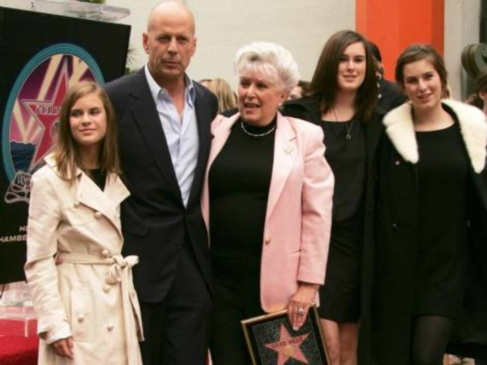 Bruce Willis is honored with the 2,321st Star on the Hollywood Walk of Fame in front of the Chinese Theatre. Los Angeles, October 16, 2006. On the picture: Bruce Willis with mother Marlene, daughters Tallulah, Rumer and Scout  Photo: Jill Johnson/jpistudi Foto: Stella Pictures