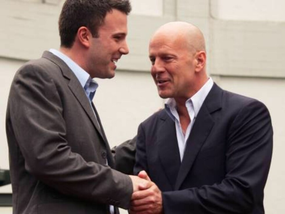 Bruce Willis is honored with the 2,321st Star on the Hollywood Walk of Fame in front of the Chinese Theatre. Los Angeles, October 16, 2006. On the picture: Bruce Willis and Ben Affleck.  Photo: Jill Johnson/jpistudios Code: 4036  COPYRIGHT STELLA PICTURES Foto: Stella Pictures
