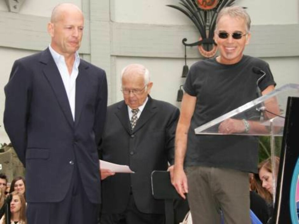 Bruce Willis is honored with the 2,321st Star on the Hollywood Walk of Fame in front of the Chinese Theatre. Los Angeles, October 16, 2006. On the picture: Bruce Willis and Billy Bob Thornton.  Photo: Jill Johnson/jpistudios Code: 4036  COPYRIGHT STELLA P Foto: Stella Pictures