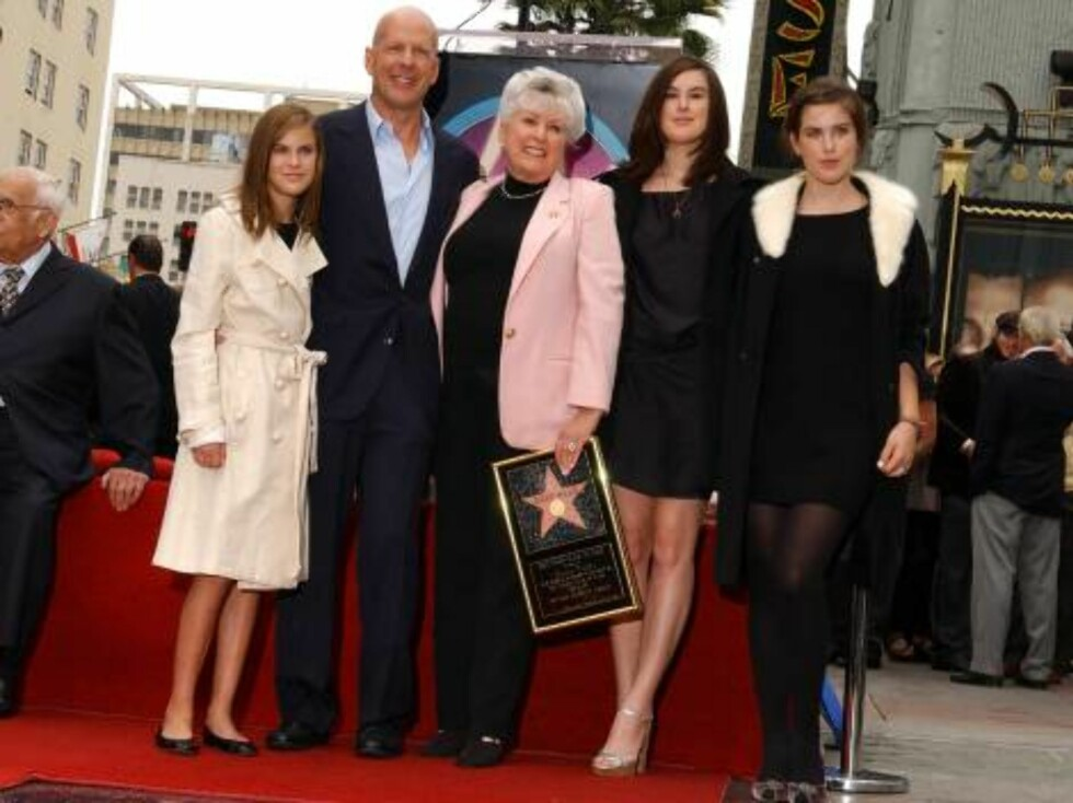 Bruce Willis is honored with the 2,321st Star on the Hollywood Walk of Fame in front of the Chinese Theatre. Los Angeles, October 16, 2006. (Pictured: Bruce Willis, Marlene Willis, Tallulah Willis, Rumer Willis, Scout Willis).  Photo: Lionel Hahn/AbacaUsa Foto: Stella Pictures