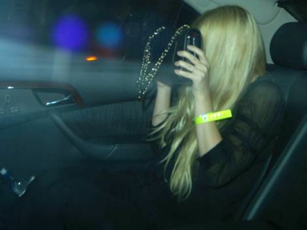 LONDON 2006-09-27.  Gywneth Paltrow leaving Jay-Z's afterparty at Movida nightclub, London. She seems to have been swapping tips with Beyonce on how to avoid getting photographed.  Photo: Charlie Pycraft/YDIMAGE Code: 4028  COPYRIGHT STELLA PICTURES Foto: Stella Pictures