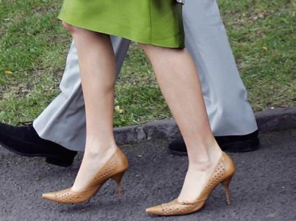 Crown Prince Frederik and Crown Princess Mary of Denmark walk to their boat before embarking on a cruise on the Yarra River in Melbourne, Australia, Thursday, March 10, 2005. (AP Photo/Ryan Pierse, Pool) Foto: AP