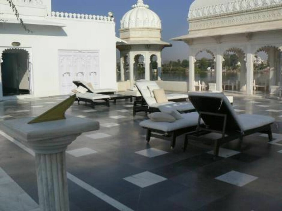 Angelina Jolie and Brad Pitt spent a romantic week-end at the Taj Lake Palace hotel, formerly owned by a Maharajah and totally rebuilt as a palace hotel, in Udaipur, India, October 28, 2006. The lovebirds are in the city of Pune for the filming of 'A Migh Foto: Stella Pictures