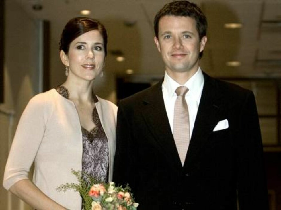 Danish Crown Princess Mary and Crown Prince Frederik arrive at a concert with the Vienna Philharmonic Orchestra in the Falconer Center, Copenhagen, Monday, Nov. 29, 2004. (AP Photo / Polfoto, Kim Nielsen)  **  DENMARK OUT  ** Foto: AP