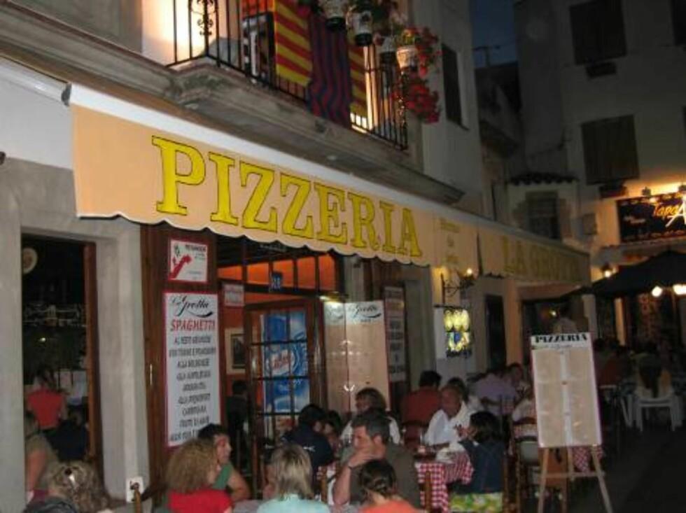 FAVORITT: Pizzeria La Grotta, like ved byens gamle kirke, er et koselig og familiedrevet spiseted som anbefales på det varmeste. Foto: Per Tandberg