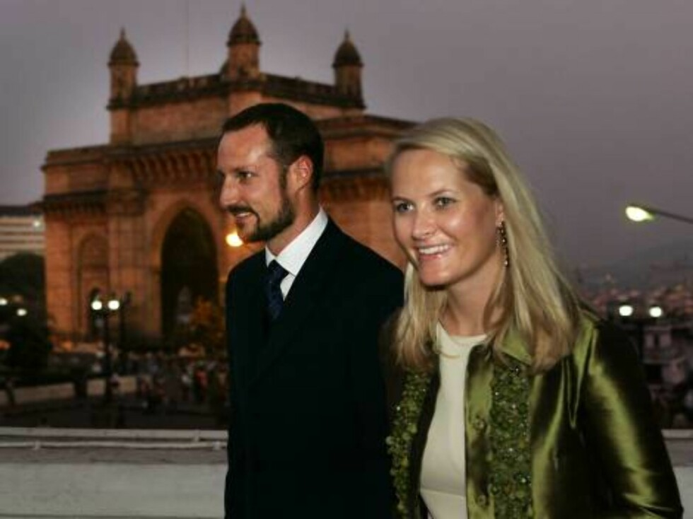 MUMBAI, INDIA 20061030:Kronprinsesse Mette-Marit og kronprins Haakon sammen under pressekonferanse i Mumbai. Bygningen i bakgrunnen kalles Gateway to India. Mette Marit i grønn jakke. Kronprinsparet sammen.Foto: Lise Åserud / SCANPIX Foto: SCANPIX