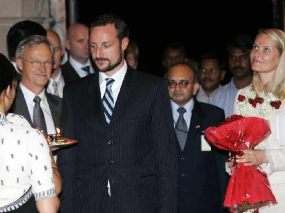 MUMBAI, INDIA 20061029: Kronprins Haakon og kronprinsesse Mette-Marit ankom søndag kveld The Taj Mahal Palace and Tower hotel i Mumbai. Her ble de velsignet i en aarti, fikk tikka (rødt merke i pannen) og en garland (blomsterkrans) da de kom inn i hotel Foto: SCANPIX