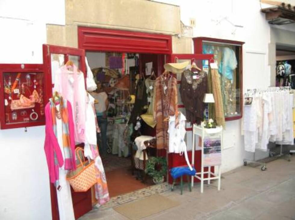 SHOPPING: Man slipper ikke unna i Tossa de Mar heller. Masse små, og i følge damene på turen, morsomme butikker... Foto: Per Tandberg
