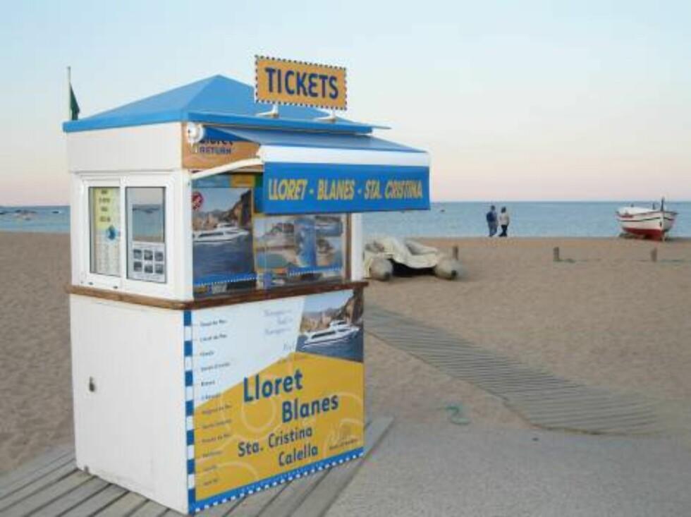 BILLETTBOD: På stranden i sentrum kan du kjøpe billetter til de mange båtene som går sørover og nordover kysten. Mange fine turer. Foto: Per Tandberg