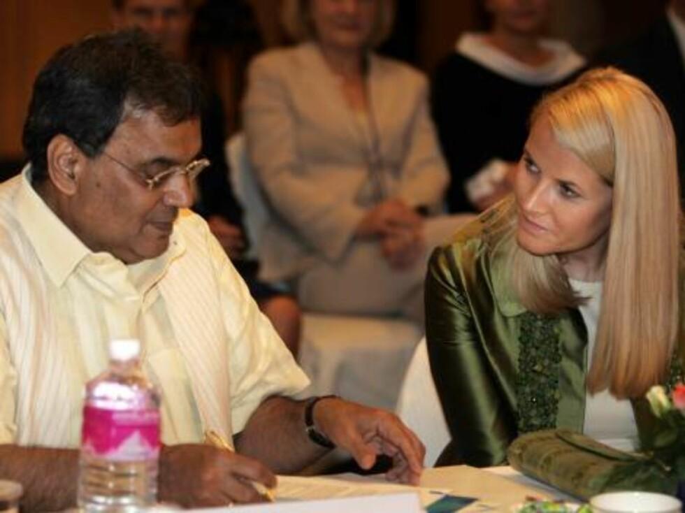 MUMBAI, INDIA, 20061030:Kronprinsesse Mette-Mette sammen med Subhash Ghai  fra Whistling Woods Institute etter underskrivningen av en  intensjonsvtale mellom indiske filmskapere og Norsk Filminstitutt mandag. Seansen fant sted under åpningen av et norsk- Foto: SCANPIX