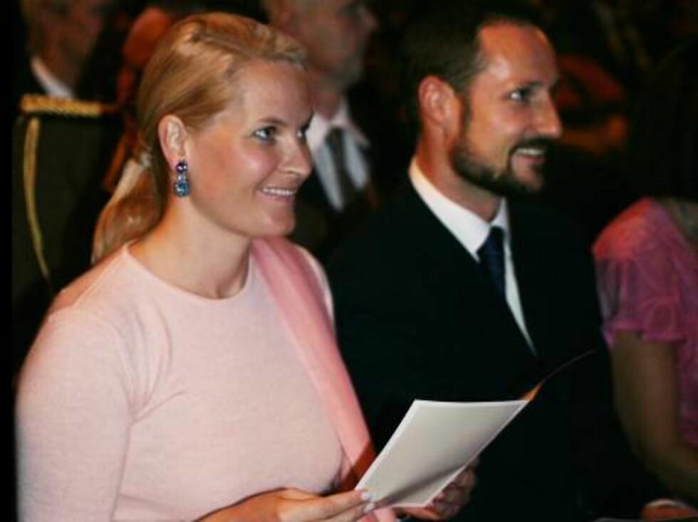 MUMBAI, INDIA 20061030:Kronprinsesse Mette-Marit og kronprins Haakon sammen, under mandagens konsert med Marit Larsen i Mumbai, India. Mette Marit i rosa kjole. Kronprinsparet sammen.Foto: Lise Åserud / SCANPIX Foto: SCANPIX