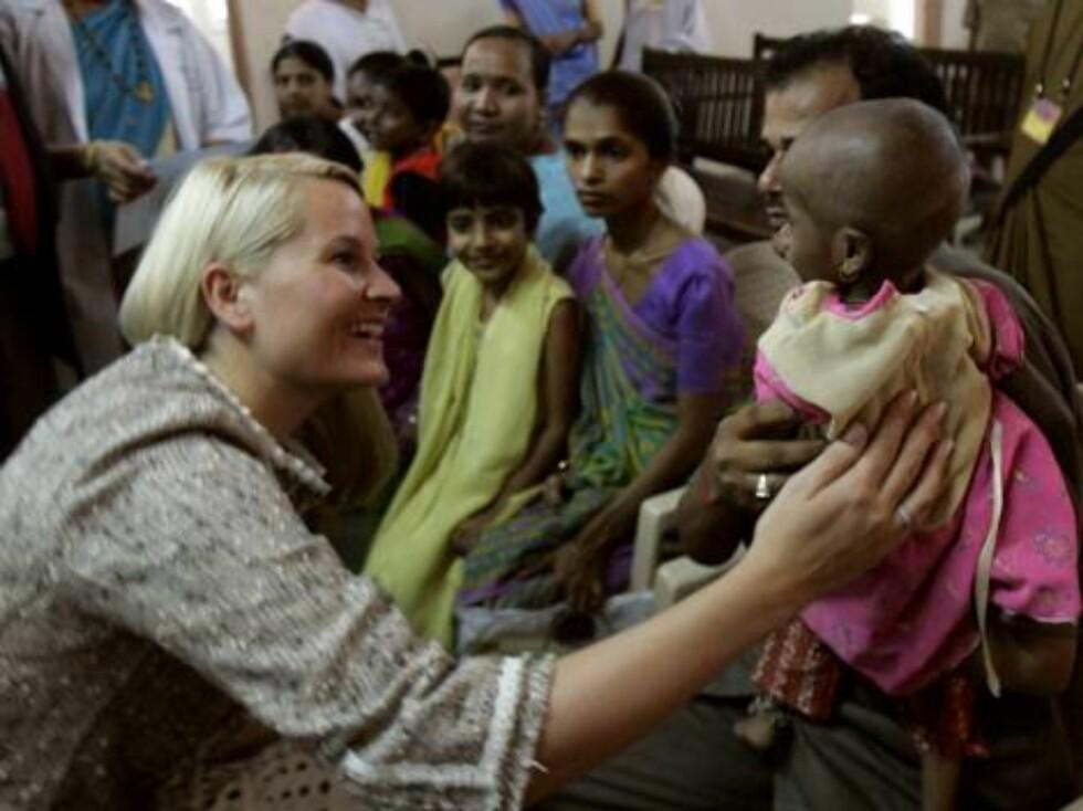 MUMBAI, INDIA, 20061031: Kronprinsesse Mette-Marit hilser på tre år gamle Sejal under besøket på Sion Hospital i Mumbai, der kronprinsessen møtte hiv-   og aids-syke barn tirsdag. Foto: Lise Åserud / SCANPIX      POOL   Foto: SCANPIX