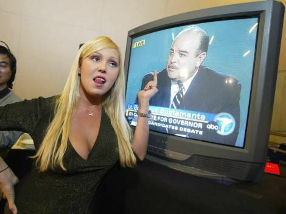 """LOS ANGELES - SEPTEMBER 24:  Caandidate Mary Carey appears on The Game Show Networks' """"Who Wants To Be Governor Of California? The Debating Game"""" at Cal State University Los Angeles' Luckman Theater on September 24, 2003 in Los Angeles, California.  (Phot Foto: All Over Press"""
