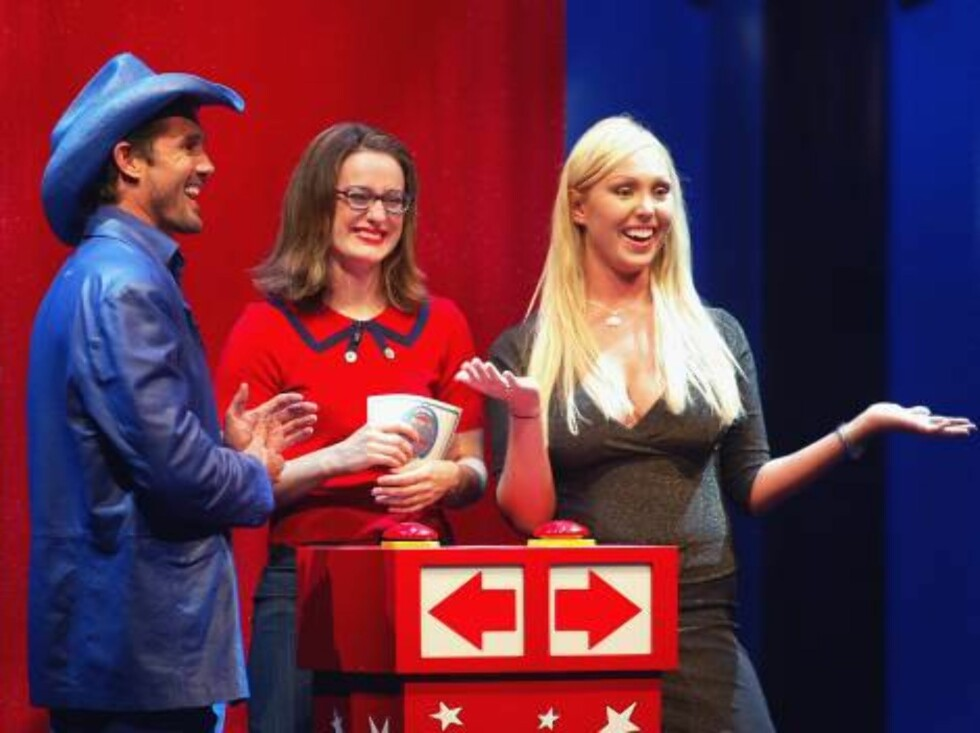"""LOS ANGELES - SEPTEMBER 24:  Candidates Trek Thunder Kelly (L), Mary Carey (R) and host Kennedy appear on The Game Show Networks' """"Who Wants To Be Governor Of California? The Debating Game"""" at Cal State University Los Angeles' Luckman Theater on September Foto: All Over Press"""
