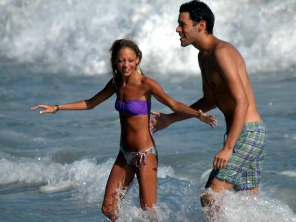 Nicole Richie almost drowned as she was playing sunday in the waves in Malibu. His friend took her out of the surfs as she started to drink water. The skinny star got away on time and had later a slice of pizza to recover. August 14, 2006 X17agency exclus Foto: All Over Press