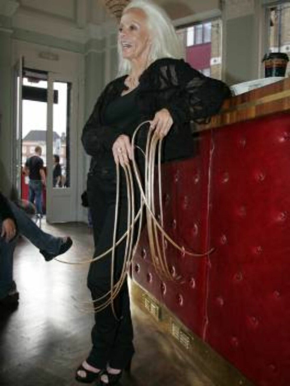 London 2006-09-28  Lee Redmond, 65, from Utah  has  grown a part of her body to world extreme lengths and quality for an entry in  the 2007 edition of Guiness World Records. Lee has been growing her fingernails since 1979. They currently reach a combined Foto: Stella Pictures