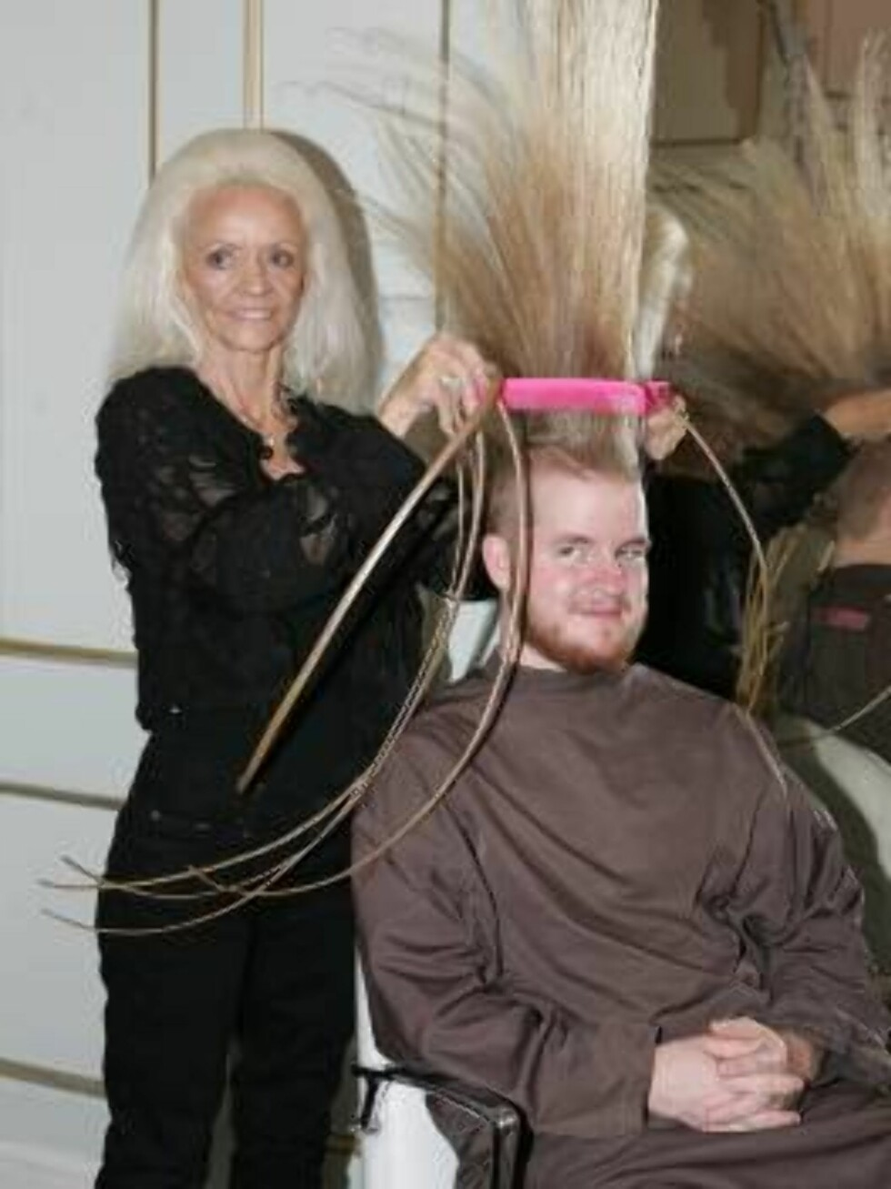 London 2006-09-28  Lee Redmond, 65, from Utah and 16-year-old Aaron Studham from Massachussetts, have both grown a part of their body to world extreme lengths and quality for an entry in  the 2007 edition of Guiness World Records. Lee has been growing her Foto: Stella Pictures