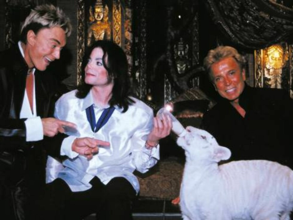 LAS VEGAS, NV - AUGUST 14:  World-renowned illusionists and conservationists Siegfried (L) & Roy (R) pose with singer Michael Jackson (M) and Apollo, a rare white siberian tiger backstage at The Mirage on August 6, 2002 in Las Vegas, Nevada. (Photo courte Foto: All Over Press