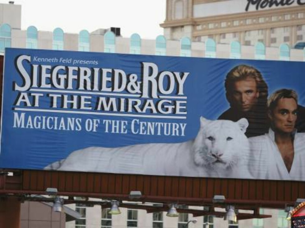 LAS VEGAS - OCTOBER 4:  A poster advertising a performance by Siegfried and Roy is seen at the Mirage Hotel October 4, 2003 in Las Vegas, Nevada. Magician Roy Horn, one half of Siegfried and Roy, was attacked by a seven year old white tiger called Monteco Foto: All Over Press