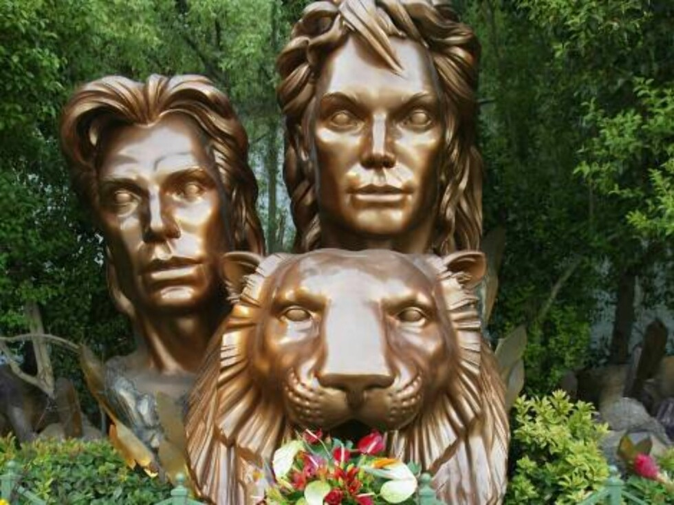 LAS VEGAS - OCTOBER 4:  Flowers are left in front of a statue of magicians Siegfried and Roy in the grounds of the Mirage Hotel October 4, 2003 in Las Vegas, Nevada. Magician Roy Horn, one half of Siegfried and Roy, was attacked by a seven year old white Foto: All Over Press