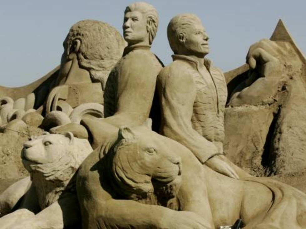 "An unidentified carver prepares a sand figure featuring the German artists ""Siegfried and Roy"" for the ""Sand World"" in Luebeck-Travemuende, northern Germany, Tuesday, July 4, 2006. 75 international carvers work are taking part in the sand sculpture festiv Foto: AP"
