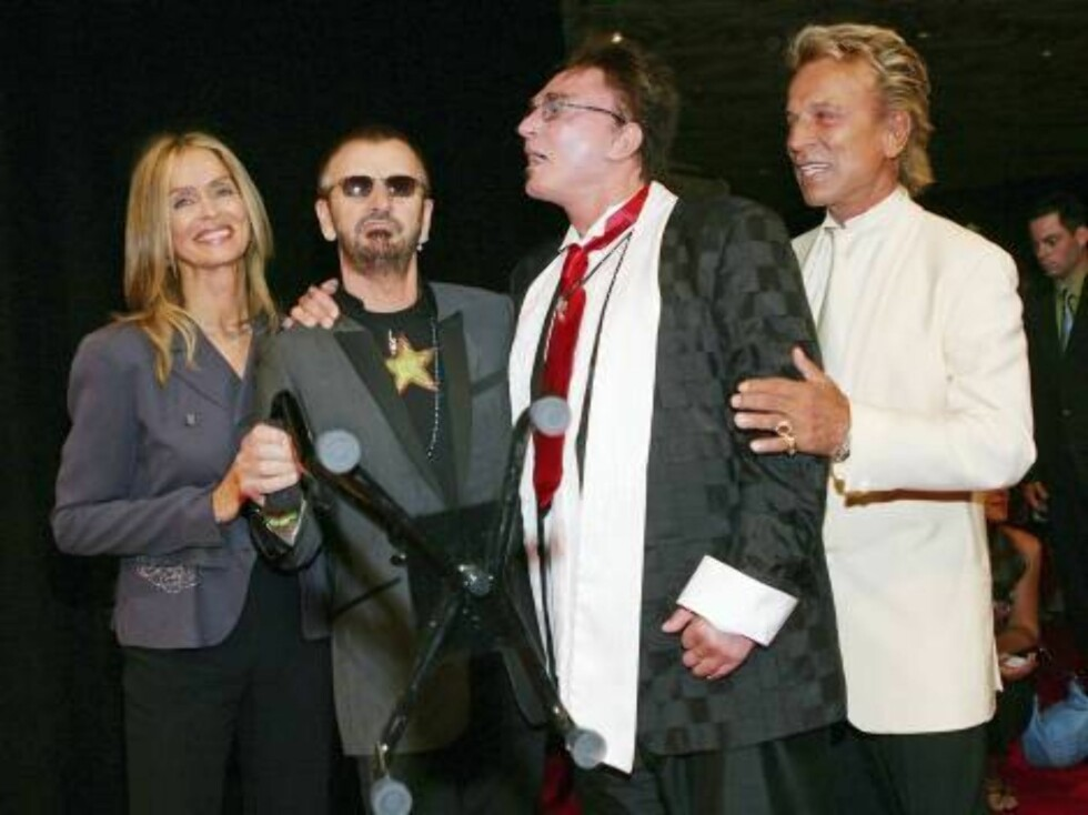 "LAS VEGAS - JUNE 30:  Actress Barbara Bach, musician Ringo Starr, and Roy Horn and Siegfried Fischbacher, of the illusionist duo Siegfried & Roy, pose after attending the gala premiere of ""The Beatles LOVE by Cirque du Soleil"" at the Mirage Hotel & Casino Foto: All Over Press"