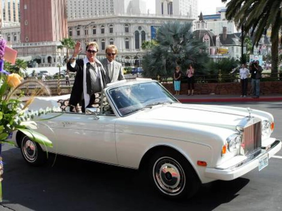 LAS VEGAS - OCTOBER 03:  Roy Horn (L) and Siegfried Fischbacher of the illusionist duo Siegfried & Roy wave to fans as they are driven outside the Mirage Hotel & Casino during their Las Vegas Walk of Stars dedication ceremony on Horn's 62nd birthday Octob Foto: All Over Press