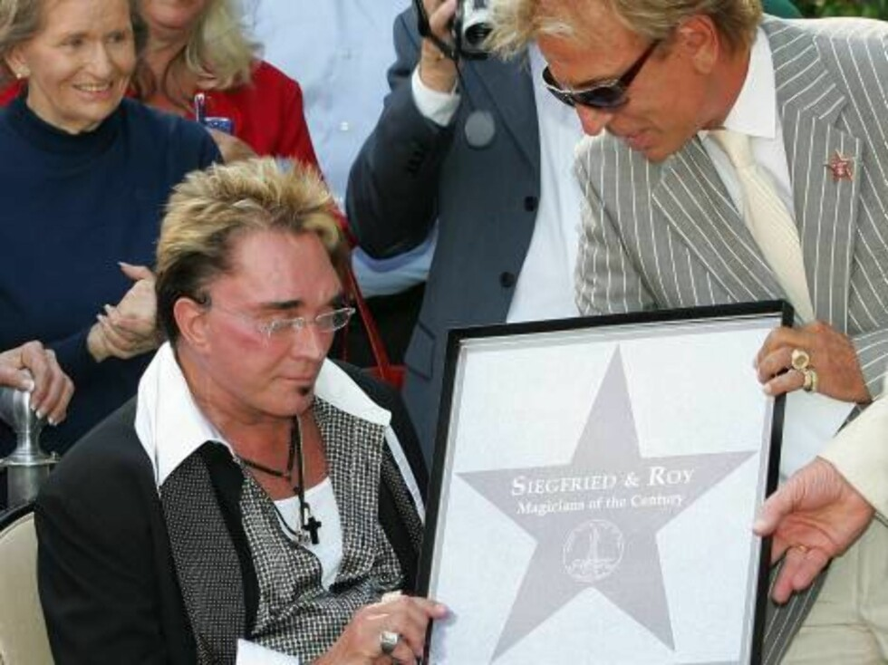 LAS VEGAS - OCTOBER 03:  (L-R) Rep. Shelley Berkley (D-NV), Roy Horn and Siegfried Fischbacher of the illusionist duo Siegfried & Roy look at a tribute the duo received outside the Mirage Hotel & Casino during their Las Vegas Walk of Stars dedication cere Foto: All Over Press