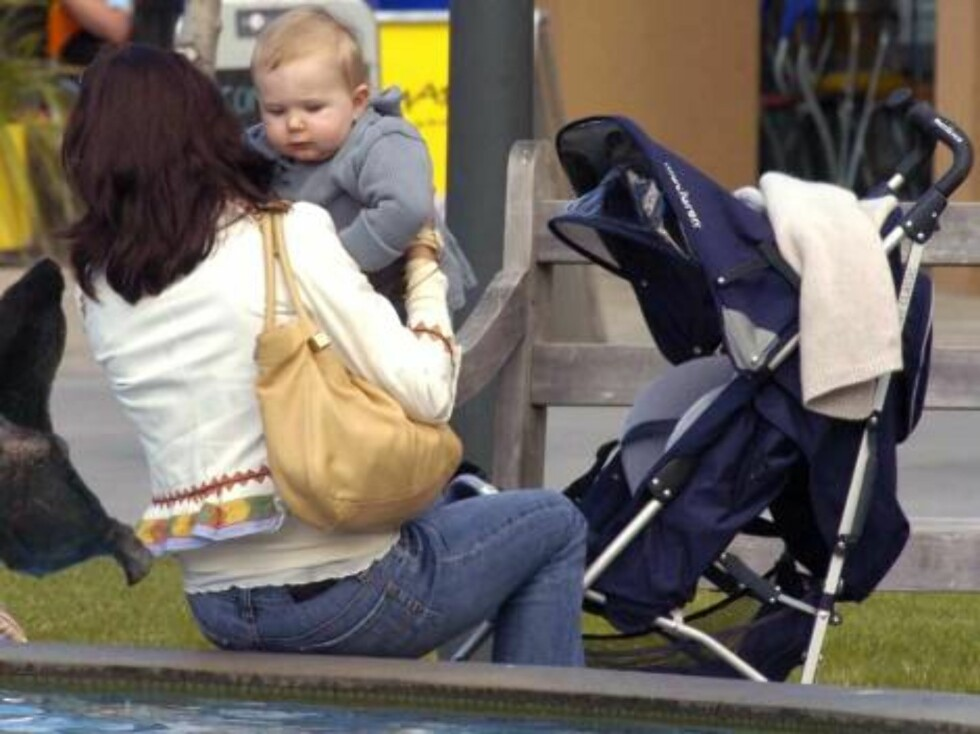 HOBART 2006-11-23.  The Danish royals delighted shoppers with a surprise appearance in the popular tourist precinct in Hobart, Tasmania, Australia on November 23, 2006, a day after Mary and her year-old son Christian joined Crown Prince Frederik for a pri Foto: Stella Pictures