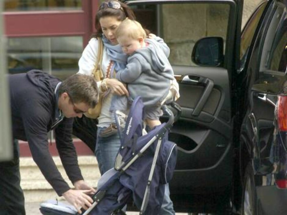 HOBART 2006-11-23.  EXCLUSIVE. The Danish royals delighted shoppers with a surprise appearance in the popular tourist precinct in Hobart, Tasmania, Australia on November 23, 2006, a day after Mary and her year-old son Christian joined Crown Prince Frederi Foto: Stella Pictures