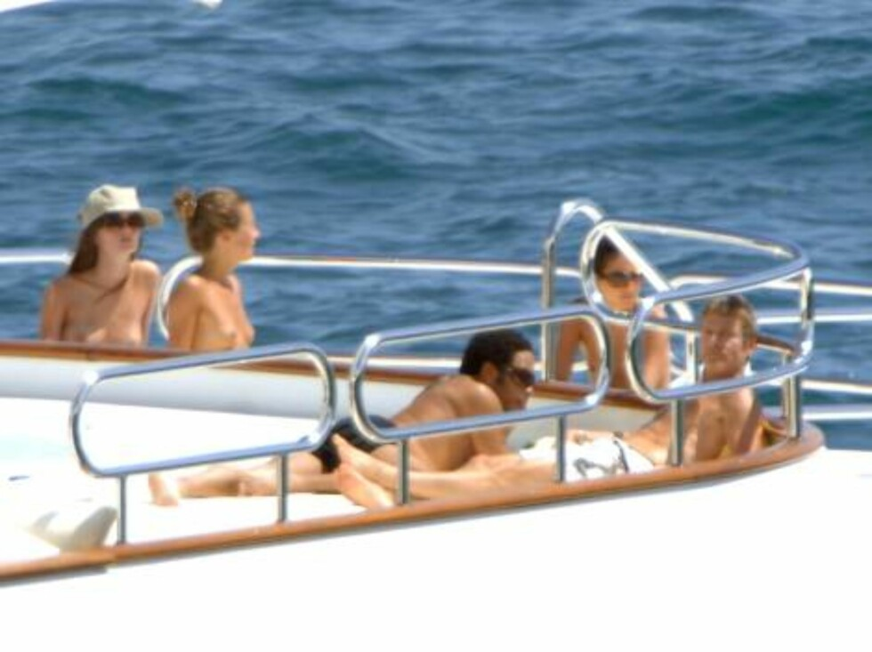 AMALFI  2006-08-05  U.S singer Lenny Kravitz on vacation in Italy  with new girlfriend and friends  Photo: DR Code:4047 COPYRIGHT STELLA PICTURES Foto: Stella Pictures