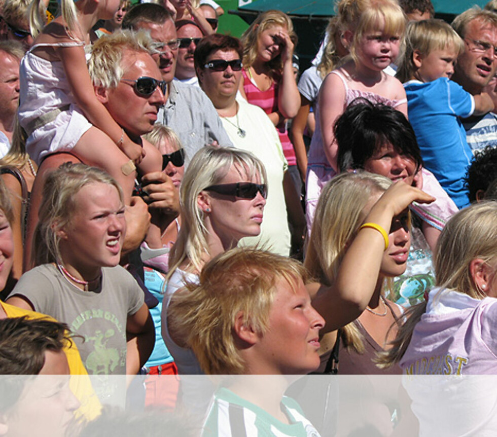 Folk koser seg i Kragerø. Foto: Unni Eiklid