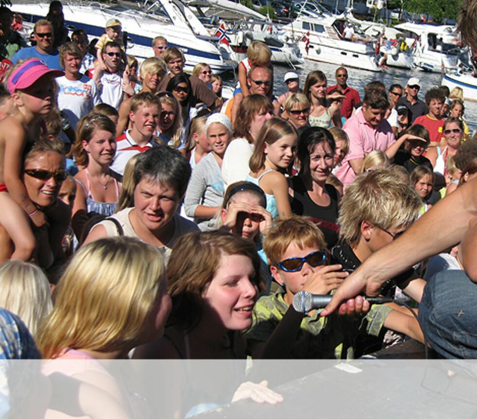 Jentene hjelper gjerne Gaute med a#030a kore - Risør Foto: Unni Eiklid