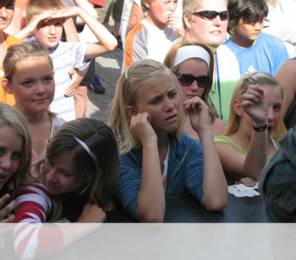 Jentene koser seg med Gaute - Arendal Foto: Unni Eiklid