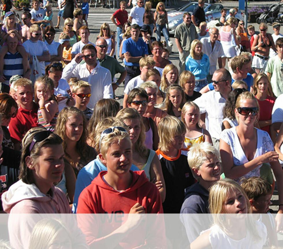 Publikum følger med i Risør Foto: Unni Eiklid