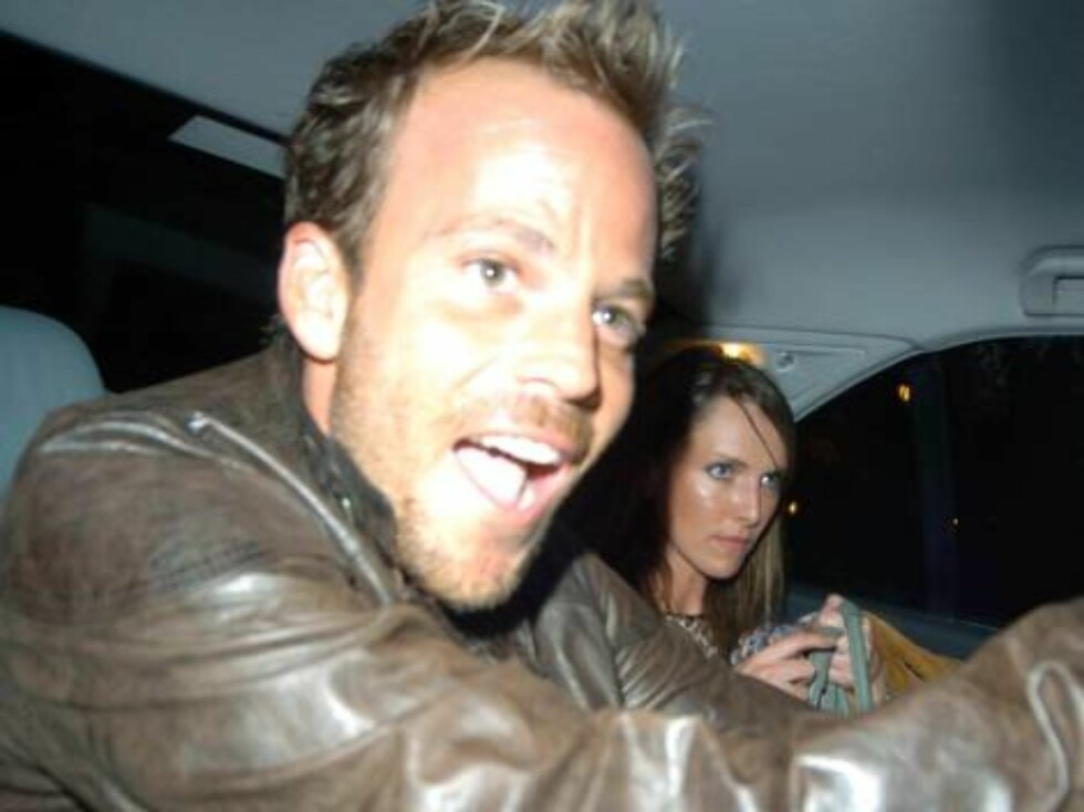 London 2006-10-20  Stephen Dorff seems more interested in his phone than the females as he leaves the Cuckoo club, but he eventually gets in the car with 2 of the girls.  Photo: Charlie Pycraft/YDIMAGE  Code 4028  COPYRIGHT STELLA PICTURES Foto: Stella Pictures