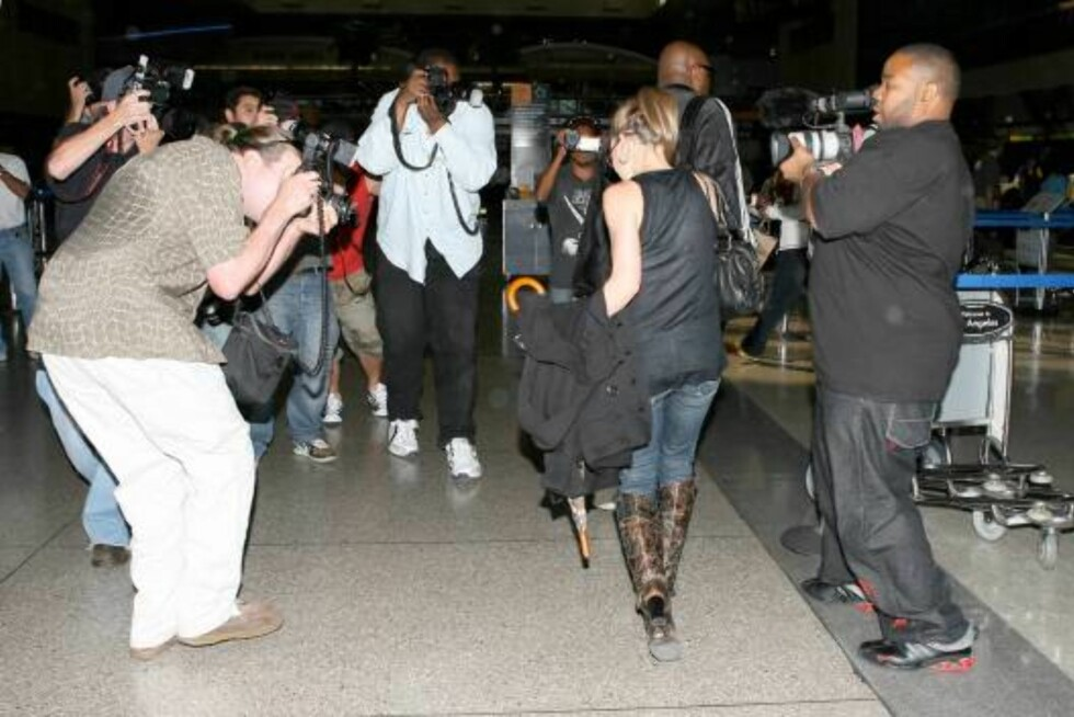 Hilary Duff with bandage on her arm after shot leaves LAX airport Oct 20, 2006 X17agency exclusive Foto: All Over Press