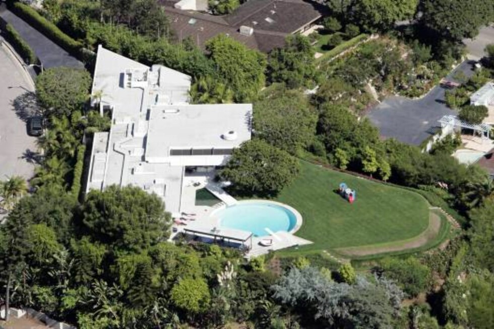 Jennifer Aniston's new house _in construction_ is close to Courteney Cox' Beverly Hills home. Oct 19, 2006 X17agency exclusive Foto: All Over Press