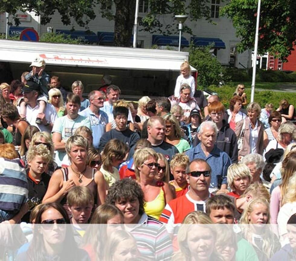 Gaute synger hiten sin Kjærlighet er mer enn forelskelse..... Egersund. Foto: Unni Eiklid