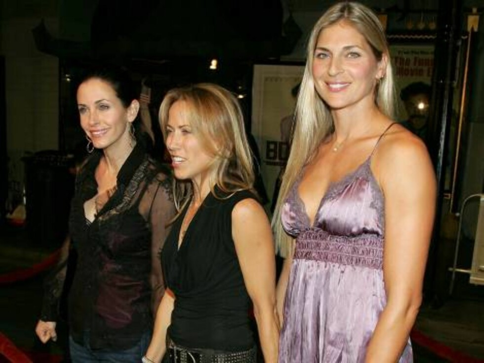 "HOLLYWOOD - OCTOBER 23:  (L-R) Actress Courteney Cox Arquette, musician Sheryl Crow and model/pro volleyball star Gabrielle Reece arrive at the premiere of ""Borat: Cultural Learnings Of America"" held at the Grauman's Chinese Theatre on October 23, 2006 in Foto: All Over Press"