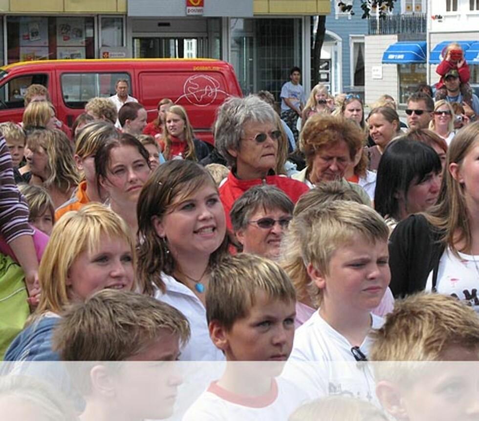Jentene synger med.... - Egersund. Foto: Unni Eiklid