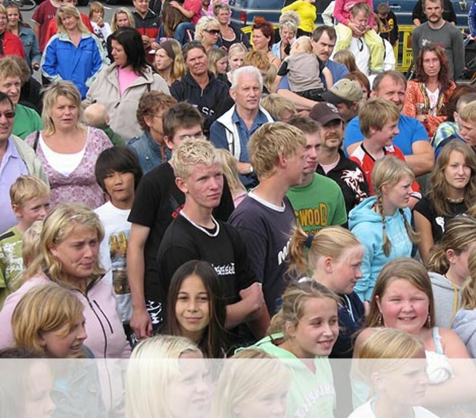 Publikum koser seg i Flekkefjord. Foto: Unni Eiklid