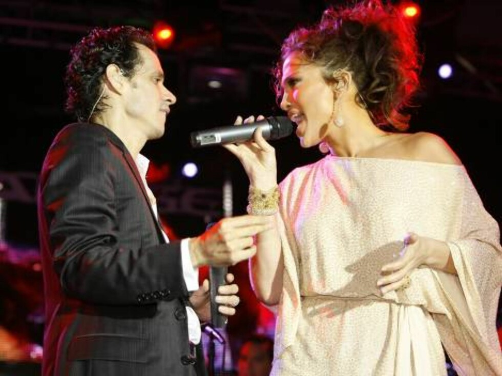 Jennifer Lopez and husband Marc Anthony perform together during the Ocean Drive/Market America Super Bowl XLI party Saturday night, Feb. 3, 2007, in the South Beach section of Miami Beach, Fla.  (AP Photo/Chris Polk) Foto: AP